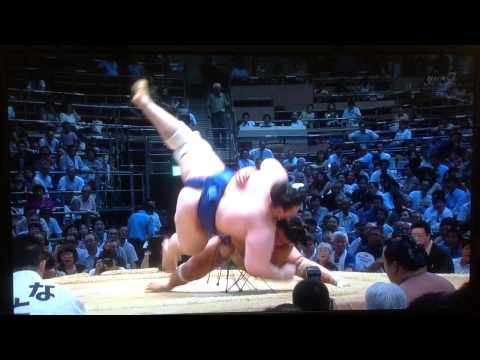 Sumo Wrestler does the splits and wins the match!