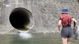 ドブ川排水で遊ぶ女がやばい。