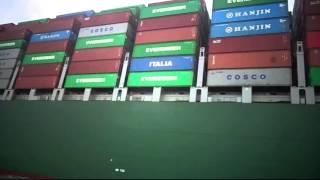 قناة السويس الجديدة : مشهد عبقرى عن قرب لسفينة عملاقة بقناة السويس