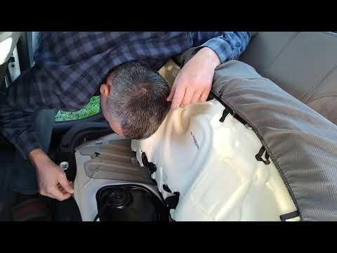 Снимаю заднее сиденье на солярисе 2  что бы надеть чехлы нормально.