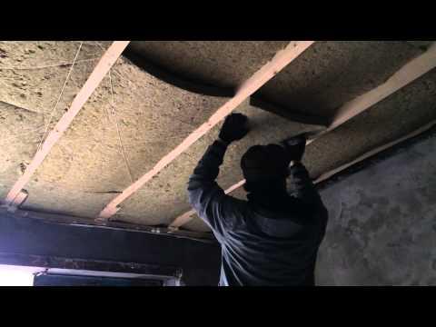 Утепление крыши минеральной ватой. build the garage. The roof insulation with mineral wool.