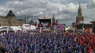 Сотни зрителей собрались на Красной площади, чтобы посмотреть на поединки известных боксеров.