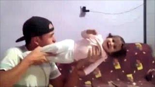 Un padre utiliza a su hija como ametralladora