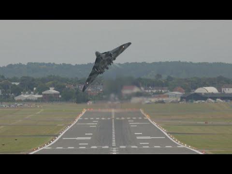 Vulcan XH558 impressive Takeoff and aerodynamic braking Farnborough 2014 FIA14