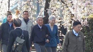 天皇、皇后両陛下は3月2日朝、皇居外周を約10分間、「お忍び」で散...
