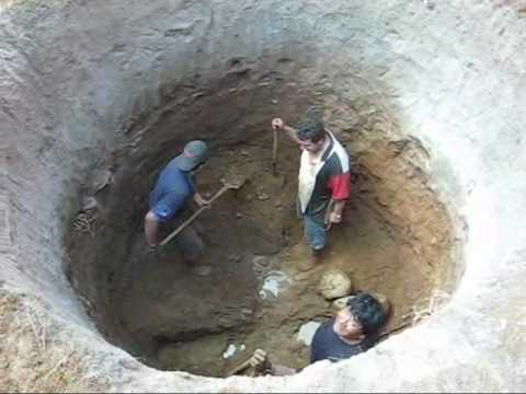 HAND DIGGING A WELL IN MEXICO Excavando a mano un pozo