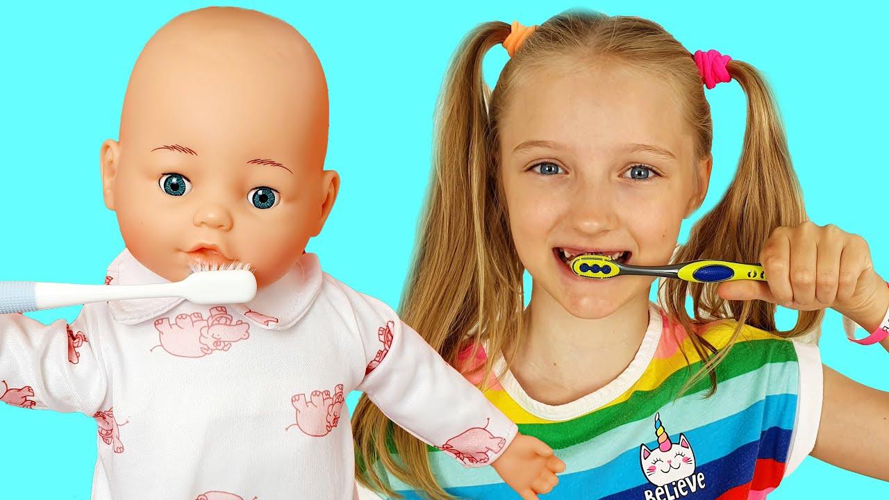 Полина и ее утренние заботы с куклой