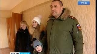 Под звуки оркестра и с кошкой. В Иркутске 100 семей военнослужащих получили ключи от новых квартир
