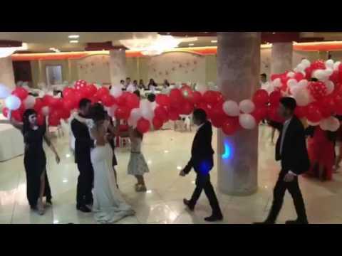 Ballo con circa 1000 palloncini rossi e bianchi per gli sposi Jessica & Aniello Roma Calabria by Pi