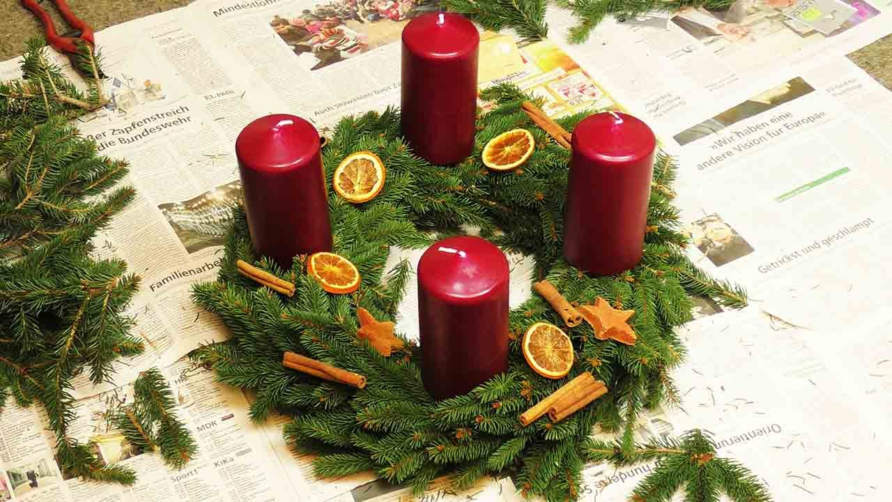 diy adventskranz kranz mit tannengr n selber machen dekorieren weihnachten kerzen. Black Bedroom Furniture Sets. Home Design Ideas