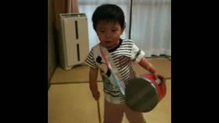 エイサー大好きな2歳の長男が自宅で練習している様子です。 手作りの太...