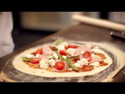 Gorm laver en lækker og sprød pizza i Morsø Forno Udeovn