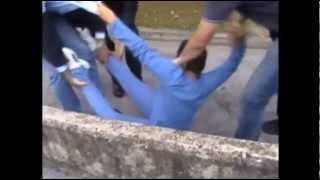 Video Choc: un bambino viene portato via con la forza dalla polizia.