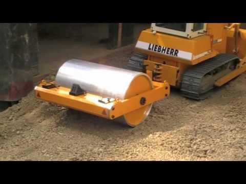 Bulldozer Liebherr pr 742 avec un rouleau.mov