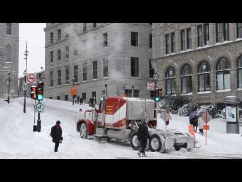 OLD PETERBILT 378 STRUGGLING IN SNOW UPHILL