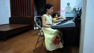 Giang chơi đàn bài mẹ và cô giáo   hai mẹ hiền