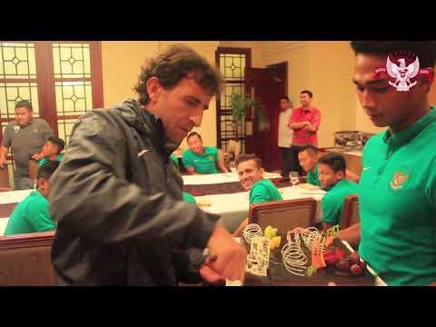 """""""Surprise"""" dari Pemain dan Ofisial Tim Nasional U-23 untuk Luis Milla"""