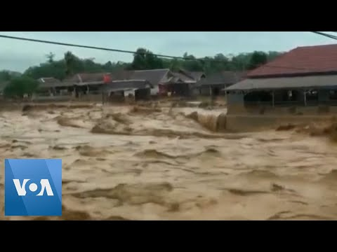 26 Dead, Thousands Caught in Flooding in Indonesia's Capital