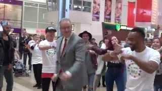 Burgemeester Aboutaleb danst tijdens flashmob op Zuidplein