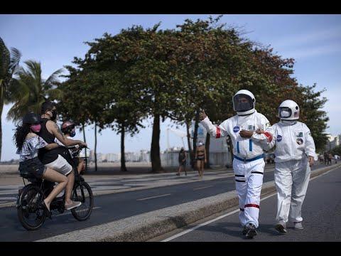 A Rio de Janeiro una coppia si protegge dal Covid-19 indossando tute da astronauta