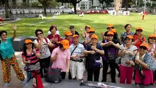 禧福協會耆年事工 - 新加坡短宣在街上敬拜
