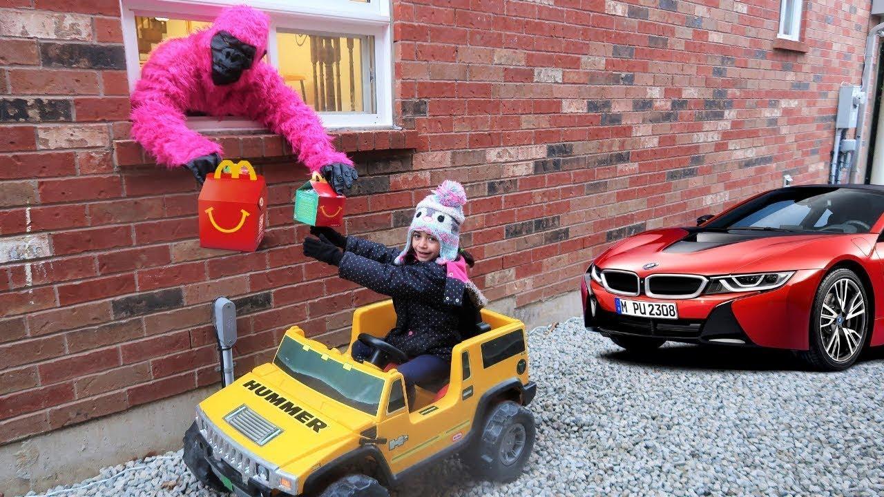 Heidi y Zidane fingen jugar en restaurante McDonalds con su auto nuevo