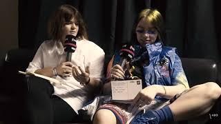 Baixar Billie Eilish tries to read German 😂 #billieeilish #lollapaloozaberlin