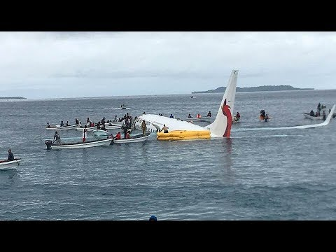 Un avión se salta la pista de aterrizaje y cae en una laguna de Micronesia