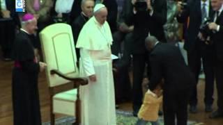 طفل صغير يثير الضحك أثناء خطاب بابا الفاتيكان (فيديو)