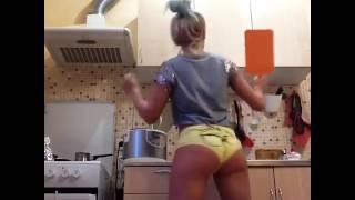 Девушка танцет