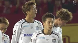 左サイドから供給された速いクロスボールを長沢 駿(G大阪)が頭で叩き...