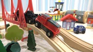 Макс строит деревянную железную дорогу и играет в машинки и поезда для детей