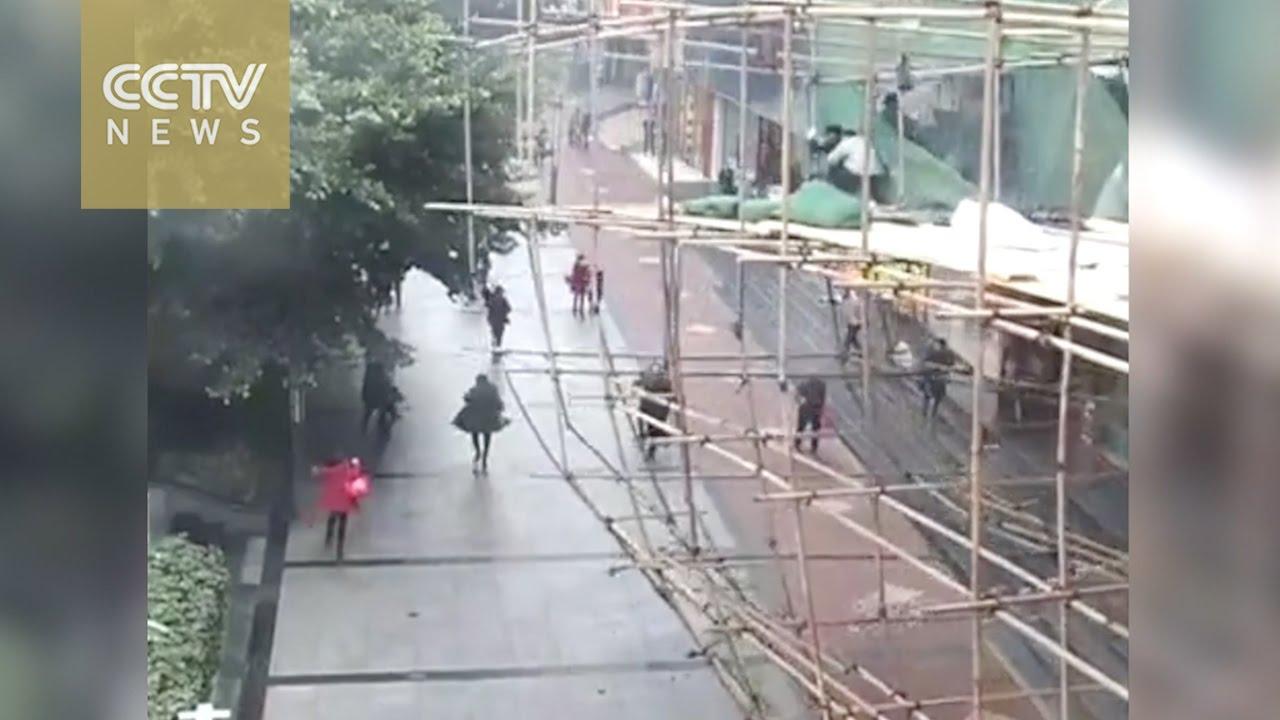 中国で足場が崩壊する事故。通行人も巻き込まれ…