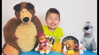 Ричард играет с игрушками Маша и Медведь