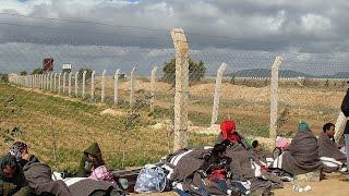 لاجئون سوريون عالقون في الصحراء يشعلون صراعا بين دولتين ومناشدات ذويهم ضائعة بين المسؤولين