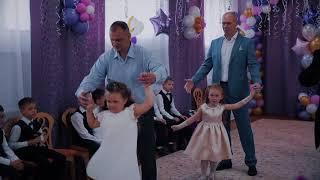 """Танец мам и сыновей и отцов и дочерей в детском саду """"АЮШКА"""" на выпускном"""