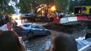 Автомобиль провалился в яму
