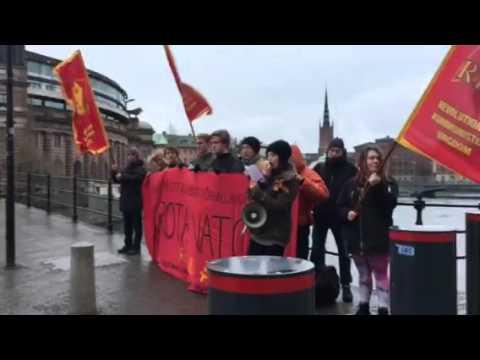 RKU protesterar mot Nato utanför riksdagen