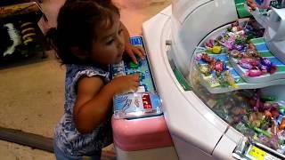 Ayşe Ebrar Şeker Makinesinden Renkli Şekerler Almak İstedi Mızmızlandı. Eğlenceli Çocuk Videosu