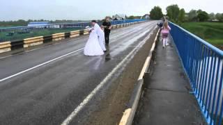 Невеста несет жениха через мост