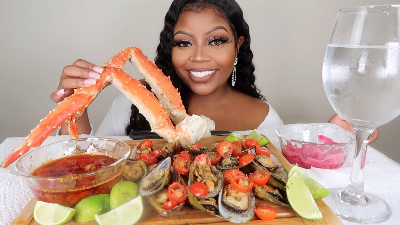 GIANT KING CRAB LEGS MUKBANG + GREEN LIP MUSSELS/ SEAFOOD BOIL WITH HEALTHY ALKALINE SEAFOOD SAUCE!!