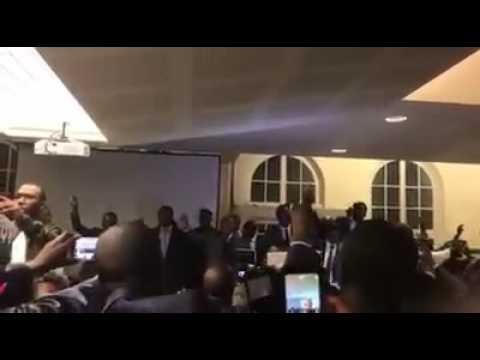 Conférence de Paris sur la démocratie, Me Abdoulaye Wade chante avec le public l'hymne africain