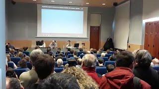 Momentos previos a la charla del ex  preso de ETA López  de Abetxuko en  Vitoria