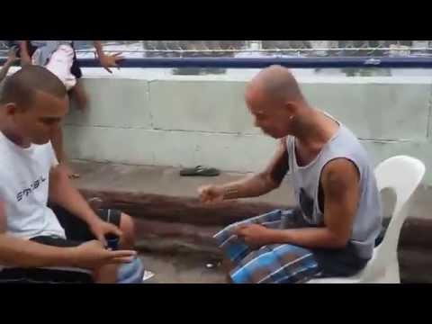 Hai thanh niên cứng chơi oẳn tù tì đập chai cực vui, không cười không lấy tiền