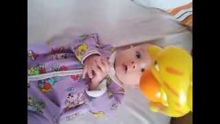 видео Первые игрушки для новорожденного