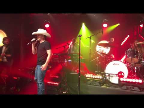 "Tailgate Watch: Justin Moore performs ""More Middle Fingers"" in NYC"