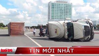 Xe container lật nhào giữa phố, nhiều người chạy thục mạng