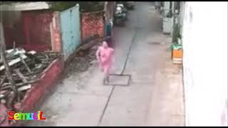 Detik-detik Seorang Wanita Jadi Korban Begal Payudara Terekam CCTV
