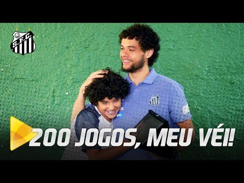 VICTOR FERRAZ DOA CAMISA DE 200 JOGOS E É HOMENAGEADO