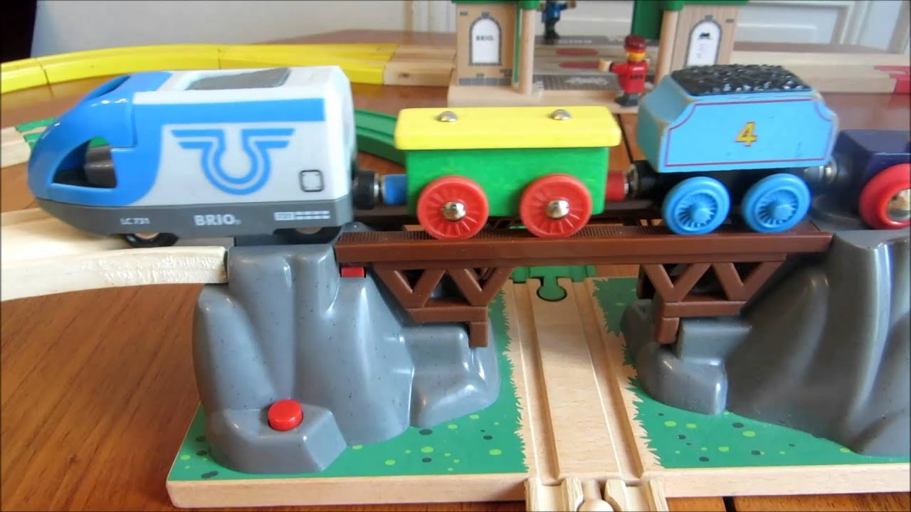 train en bois brio wooden train brio garage tunnel youtube. Black Bedroom Furniture Sets. Home Design Ideas